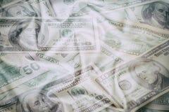Abstrakter Hintergrund des Geschäfts - Banknoten der Dollarnahaufnahme, zerstreut auf geknittertes Gewebe Lizenzfreies Stockfoto
