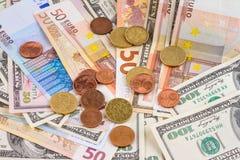 Abstrakter Hintergrund des Geschäfts - Banknoten von Dollar und von Euro mit Münzennahaufnahme Lizenzfreies Stockfoto