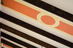 Abstrakter Hintergrund des Innenraums eines alten Hotels von der Decke eines Korridors mit hölzernen Bars stockbild