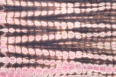 Abstrakter Hintergrund des roten, schwarzen und rosa Bindungs-Färbungs-Stoffes Lizenzfreies Stockbild