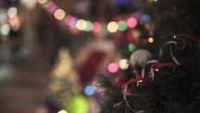 Abstrakter Hintergrund des Tannenbaums und der Lichter und der Lampen der unterschiedlichen Farbe mit bokeh Effekt stock footage