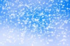 Abstrakter Hintergrund des unscharfen Schneesturms auf blauem Himmel stockfotografie