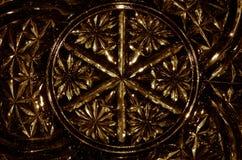 Abstrakter Hintergrund: Goldgotisches Muster im geschliffenen Glas Stockfoto