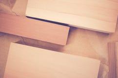 abstrakter Hintergrund - hölzerne Blöcke auf einem aufbereiteten zerknitterten Papier Stockbilder