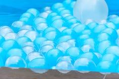 Abstrakter Hintergrund mit Ballonen in einem Pool stockbilder