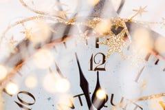 Abstrakter Hintergrund mit Feuerwerken und Uhr nah an Mitternacht Weihnachten und guten Rutsch ins Neue Jahr Vorabendhintergrund stockbild