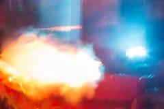 Abstrakter Hintergrund mit Leuchtorangestrahlen und -rauche Lizenzfreies Stockfoto