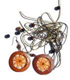 Abstrakter Hintergrund mit orange Ohrringen, Perlen, Seile für Armbänder Lizenzfreies Stockfoto