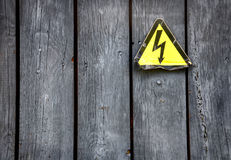 Abstrakter Hintergrund mit Warnzeichen auf der Holztür Stockfotos