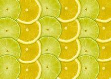 Abstrakter Hintergrund mit Zitrusfruchtscheiben der Zitrone und des Kalkes Stockfotos