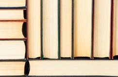 Abstrakter Hintergrund von auf einander alte Bücher gestapelt Stockbild