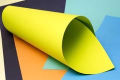 Abstrakter Hintergrund von Blättern des farbigen Papiers Lizenzfreies Stockfoto
