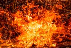 Abstrakter Hintergrund von brennenden Kohlen des Feuers mit Funken Lizenzfreie Stockbilder