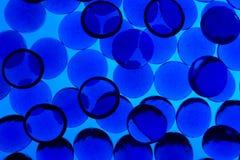 Abstrakter Hintergrund von den blauen Glaskieseln Stockfotos