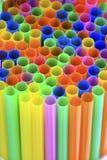 Abstrakter Hintergrund von den bunten Plastikstrohen Stockfotos