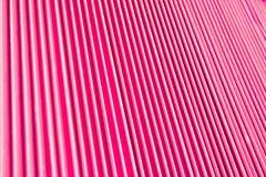 Abstrakter Hintergrund von den vertikalen Entlastungsmetallrippen bedeckt mit bezaubernder rosa Farbe Lizenzfreie Stockfotografie