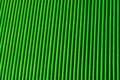 Abstrakter Hintergrund von den vertikalen Entlastungsmetallrippen bedeckt mit grüner Farbe Lizenzfreie Stockfotografie