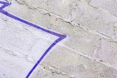 Abstrakter Hintergrund von der grungy schmutzigen schädigenden Zementwand Mit Resten der Farbe und der Flecke von den Graffiti St Stockbilder