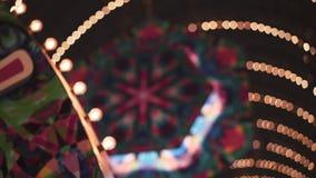 Abstrakter Hintergrund von Lichtern und von Lampen der unterschiedlichen Farbe mit bokeh Effekt stock video footage