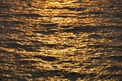 Abstrakter Hintergrund von Meer in der Sonnenuntergang- oder Sonnenaufgangzeit Stockfotografie