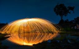 Abstrakter Hintergrund von spinnender Stahlwolle auf Klippe nachts t Stockfoto