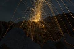 Abstrakter Hintergrund von spinnender Stahlwolle auf Klippe nachts t Stockfotos