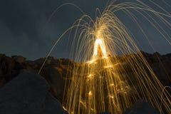 Abstrakter Hintergrund von spinnender Stahlwolle auf Klippe nachts t Stockbild