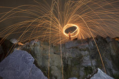 Abstrakter Hintergrund von spinnender Stahlwolle auf Klippe nachts t Lizenzfreies Stockfoto