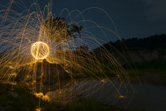 Abstrakter Hintergrund von spinnender Stahlwolle in der Nacht Lizenzfreie Stockfotografie