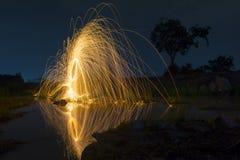 Abstrakter Hintergrund von spinnender Stahlwolle in der Nacht Lizenzfreies Stockbild