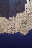 Abstrakter Hintergrund: zwei blaue Streifen der unterschiedlichen Farbe, zwischen ihnen ein heller beige Streifen, der verzerrten Stockbilder