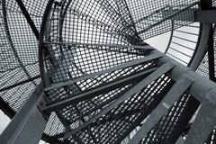Abstrakter industrieller Hintergrund mit Stahlspiralenleiter Stockfoto