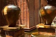 Abstrakter Innenraum mit einem Vasenbrunnen, Pool stockfoto