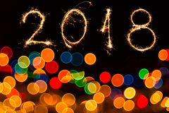 Abstrakter Kreis-bokeh Hintergrund des Weihnachtslichtes und 2018 mit Scheinfeuerwerken geschrieben Stockfoto