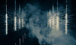 Abstrakter leerer, alter Tunnel, Korridor, Bogen, Dunkelkammer, Neonbeleuchtung, dicker Rauch, Smog lizenzfreie stockfotos