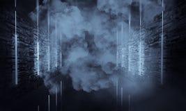 Abstrakter leerer, alter Tunnel, Korridor, Bogen, Dunkelkammer, Neonbeleuchtung, dicker Rauch, Smog lizenzfreie stockbilder