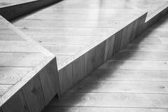Abstrakter leerer Innenraum mit hölzerner Treppe Lizenzfreies Stockfoto