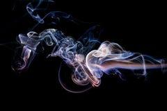 Abstrakter lila blauer Rauch von den aromatischen Stöcken Lizenzfreies Stockbild