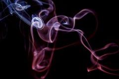 Abstrakter lila blauer Rauch von den aromatischen Stöcken Lizenzfreies Stockfoto