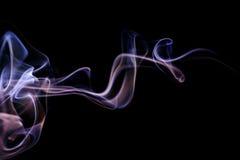 Abstrakter lila blauer Rauch von den aromatischen Stöcken Stockfotos