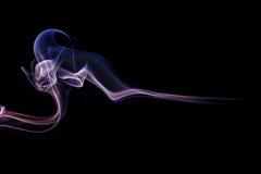 Abstrakter lila blauer Rauch von den aromatischen Stöcken Stockbild
