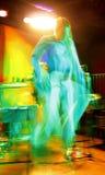 Abstrakter Mann, der in Musikkonzertstadium springt Lizenzfreies Stockfoto