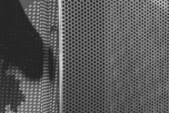Abstrakter Metallhintergrund mit Löchern stockbild