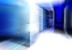 Abstrakter moderner High-Techer Internet-Rechenzentrumraum mit Reihen von Gestellen mit Netz- und Server-Hardware Stockbilder