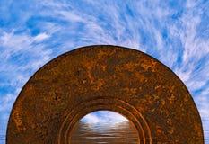 Abstrakter mystischer halbkreisförmiger Torbogen im Ozean mit wirbelnden weißen Wolken Stockfotografie