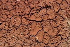 Abstrakter natürlicher Hintergrund mit gebrochenem Tonboden von der Dürre Stockfotos