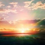 Abstrakter Naturhintergrund mit Sonnenaufgang und Ozean Lizenzfreies Stockfoto