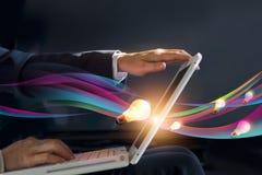 Abstrakter offener Laptop des Geschäftsmannes, der Flut kreative Idee des Arbeitens erhält Stockbilder