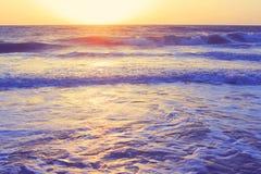 Abstrakter Ozeanmeerblick bewegt Abendsonnenuntergangsonnenaufgang-Weinlesefilter wellenartig Stockfotos