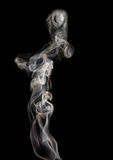 Abstrakter Rauch auf einem schwarzen Hintergrund Stockbild